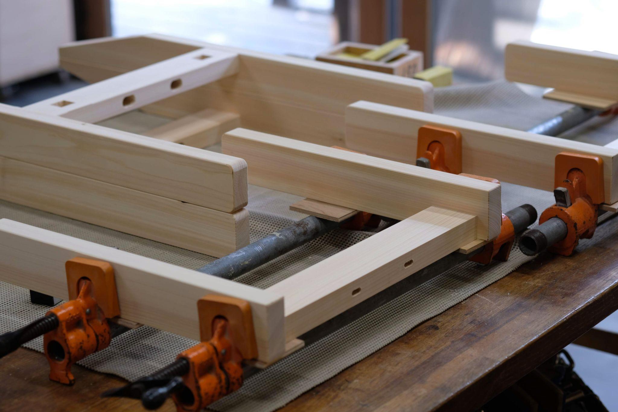 ヒノキと杉の椅子フレームの組立