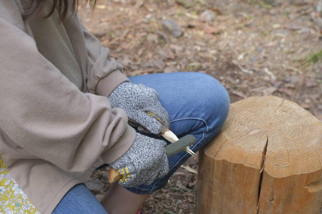 ナイフで枝を削ってみる